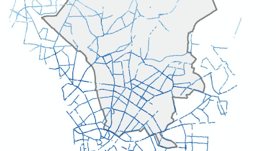Abgebildet ist ein Screenshot aus einer GIS-Anwendung. Gezeigt wird darin in Linienform, für welche Hauptverkehrsstraßen in und um den südlichen Teil des Bezirkes Pankow verkehrsbedingte Feinstaub-Immissionen (PM2.5) berechnet wurden. Die Farbwahl spiegelt dabei die Höhe der Immissionen wieder.